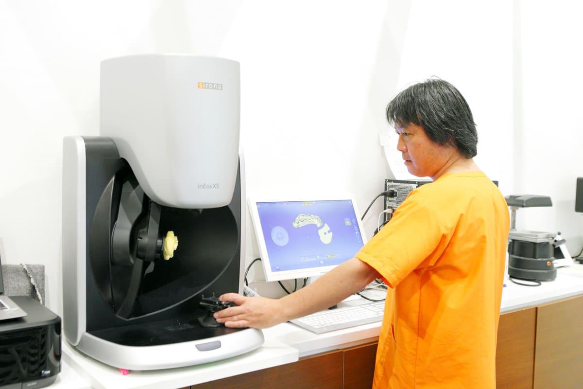 江東区東雲、豊洲の歯医者のキャナルコート歯科クリニック 当歯科医院では3名の歯科技工士が、患者さまお一人お一人の技工物を丁寧に作り上げます。