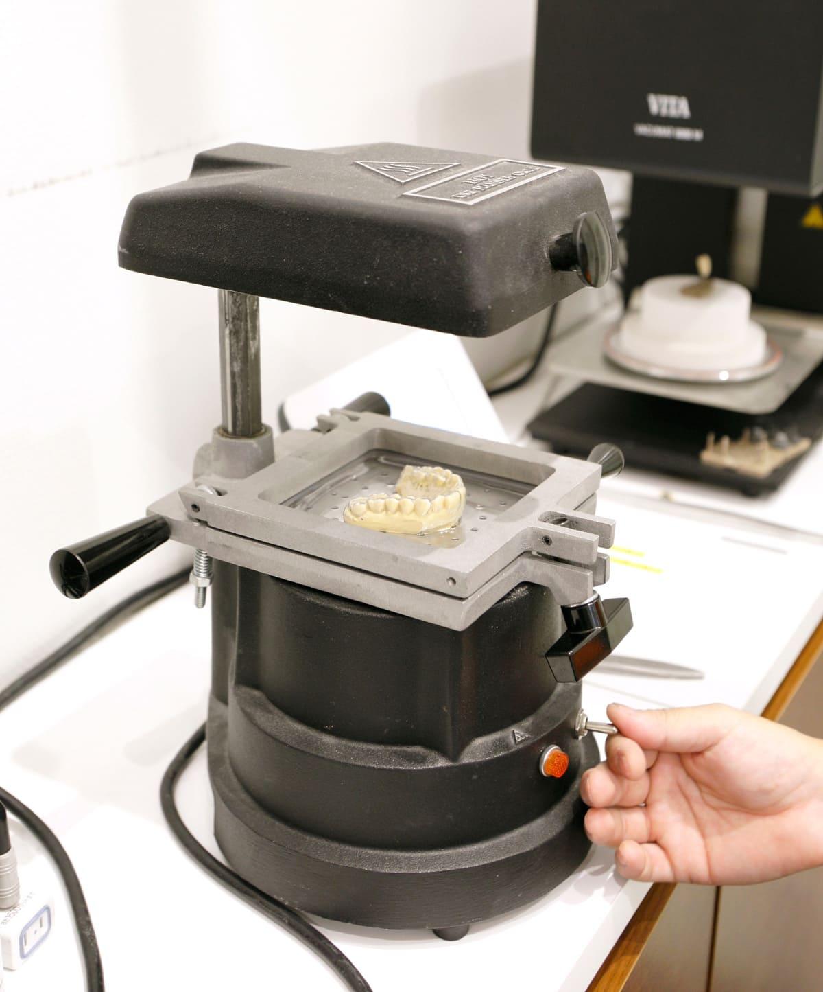 江東区東雲、豊洲の歯医者のキャナルコート歯科クリニック 義歯・クラウンなど、様々な技工物は、すべて手作りです。
